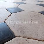 Dallage en pierre de BourgogneChagny clair et pierre BleueFinition Antiquaire 25 x 25 cm, cabochons 9,5 x 9,5 cm