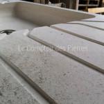 Détail cannelures sur évier en pierre de Bourgogne beige clair