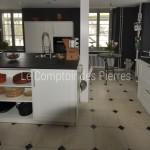 Dallage en pierre de Bourgogne à cabochons dans une cuisine