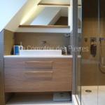 Vasque et receveurs de douche en pierre de Bourgogne dans une salle de bain parisienne