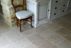 Tiles in Burgundy limestone<br/>Lanvignes<br/>Vieux beaune finish Widths of 40 cm and random lengths