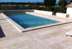 Paving in Burgundy limestone<br/>Lanvignes<br/>Vieux beaune finish Widths of 50-60 cm and random lengths