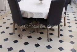Flooring in Burgundy limestone<br/>Buffon light and Bluestone <br/>Honed finish<br/> 30 x 30 cm, cabochons 11 x 11 cm