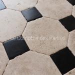 Dallage en pierre de Bourgogne et pierre BleueFinition Vieilles Dalles de Bourgogne avec patine 25 x 25 cm, cabochons 9,5 x 9,5 cm