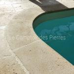 Margelles de piscine courbes rayonnées en pierre de Bourgogne Lanvignes ep. 3 cm