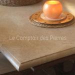 Détail plateau de table en pierre de bourgogne Lanvignes Vieilli Chant : bec de corbin