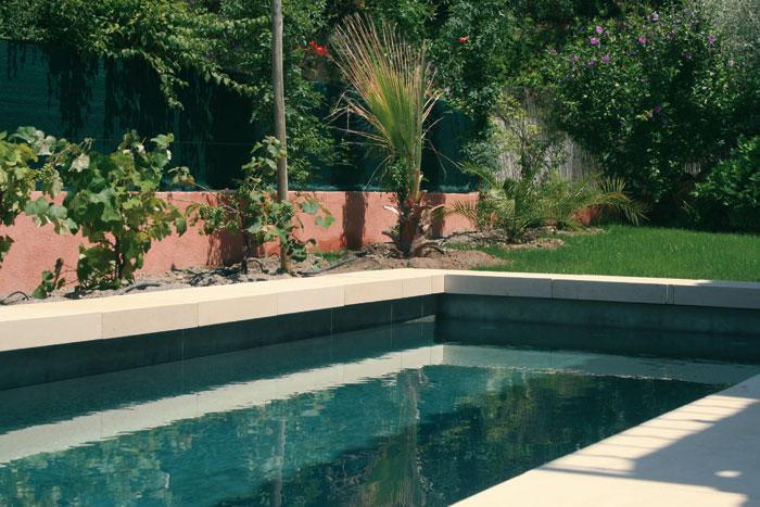 Bord de piscine en pierre naturelle