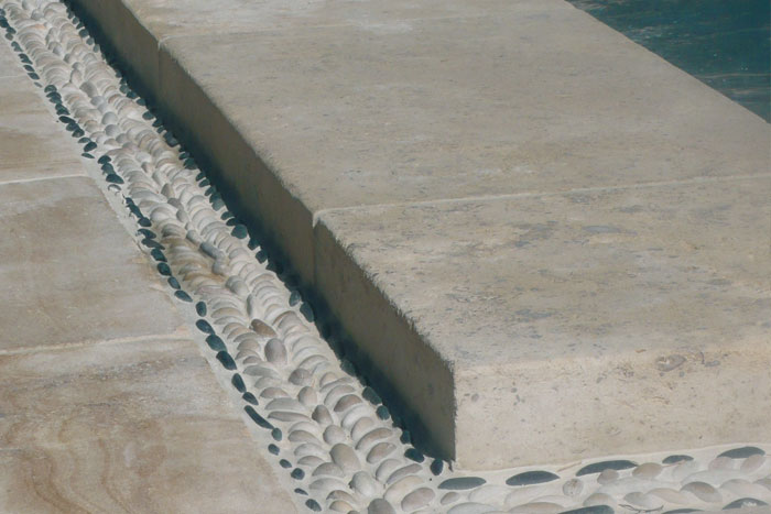 Détail margelles de piscine en pierre de Bourgogne