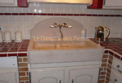 Bonnieux sink and Grenache splashback <br/>in Burgundy limestone : Charmot light Honed finish <br/> Chrome mixed tap