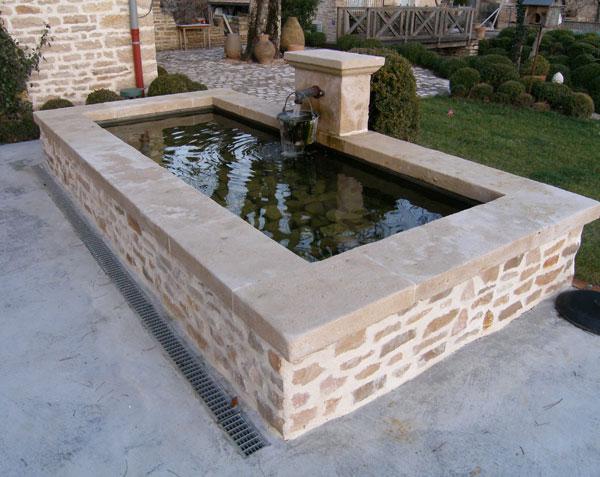 Fontaine Place publique avec margelles en pierre de Bourgogne