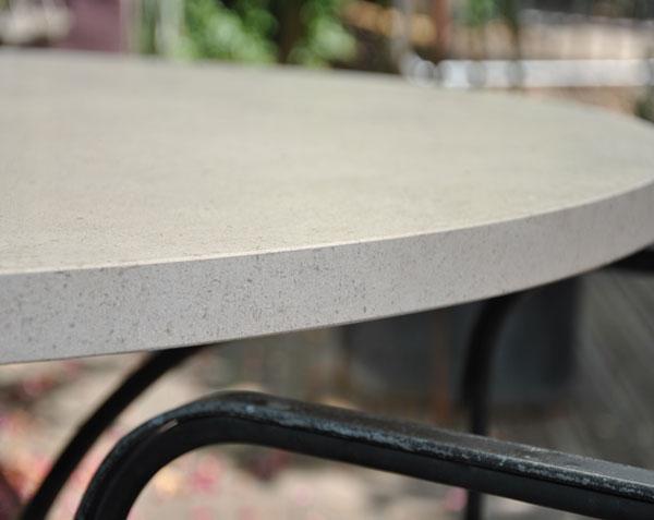 Détail d'un plateau de table en pierre de Bourgogne