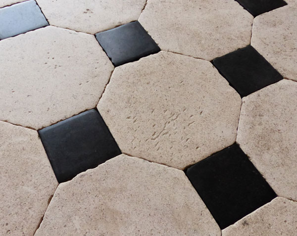Dallage en pierre de Bourgogne Buffon Clair 25 x 25 cm à cabochons 9,5 x 9,5 cm - Finition Vieilles Dalles de Bourgogne naturelles avec patine