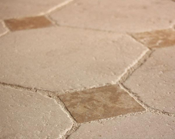 Dallage en pierre de Bourgogne Charmot Clair à cabochons doré - Finition Antique