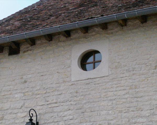 Œil de bœuf en pierre de Bourgogne