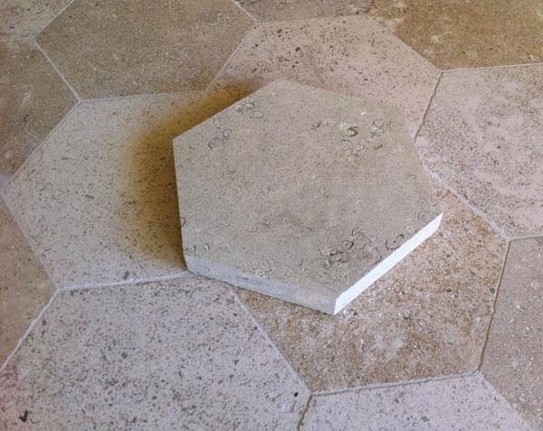 Tomettes hexagonales en pierre de bourgogne finition adouci