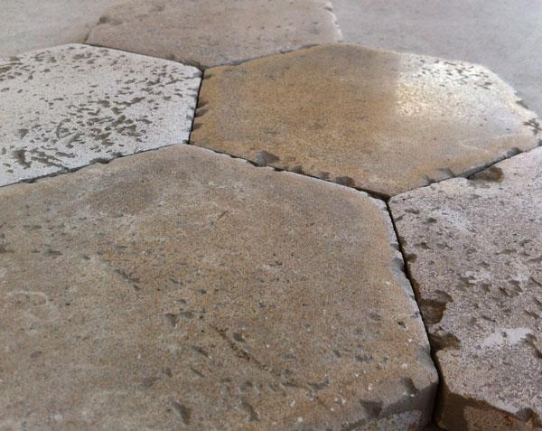 Tomettes hexagonales en pierre de bourgogne finition antiquaire