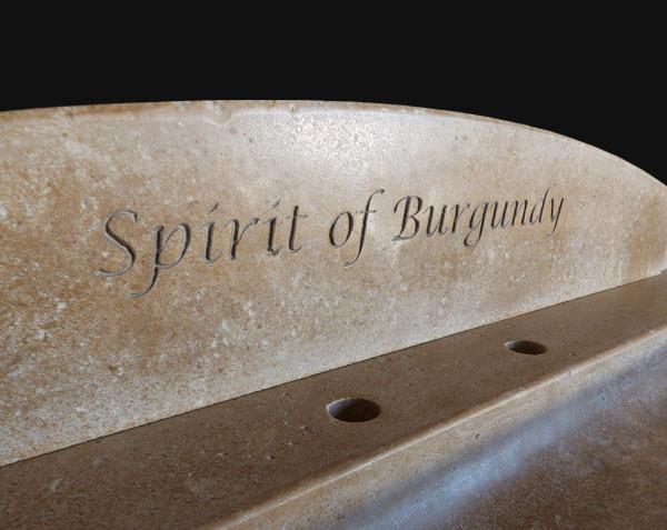 Crédence en pierre de Bourgogne avec gravure en creux pour évier en pierre