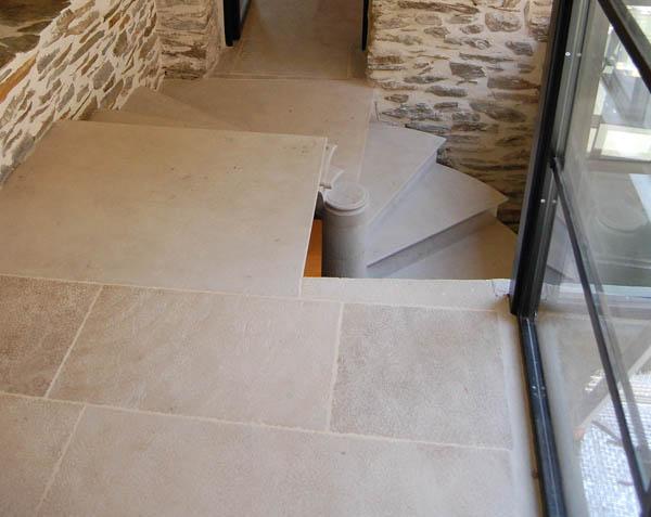 Escalier en pierre d'Ampilly - Finition brossé bouchardé