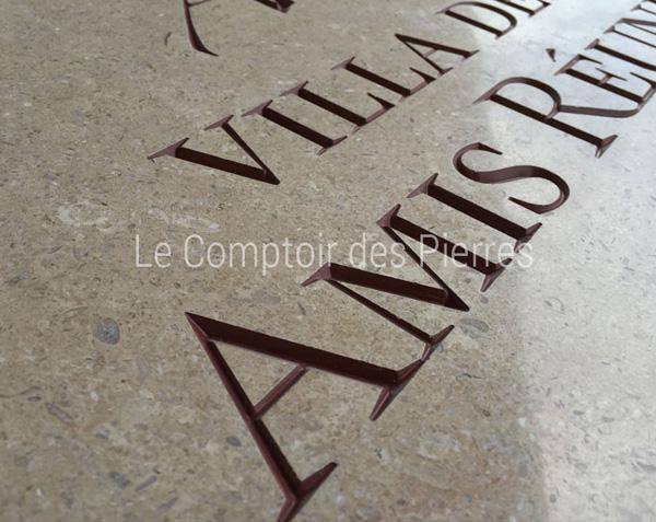 Détail gravure en creux sur pierre de Bourgogne