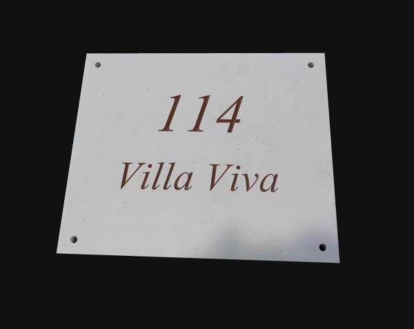 Plaque gravée en pierre de Comblanchien Clair - Remplissage Lie de vin