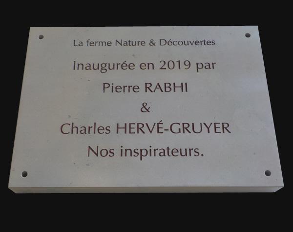 Plaque d'inauguration en pierre de Comblanchien