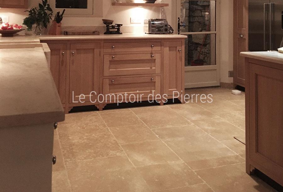 Evier et plan de cuisine et dallage opus en pierre de Bourgogne