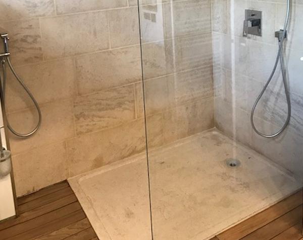 Paroi de douche et receveur en pierre naturelle - Charmot Clair Adouci