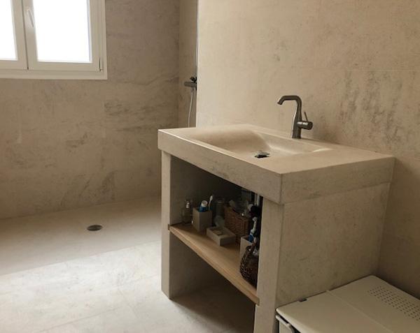 Dallage, revêtement mural, receveur et vasque Goult en pierre de Bourgogne Charmot Clair Adouci