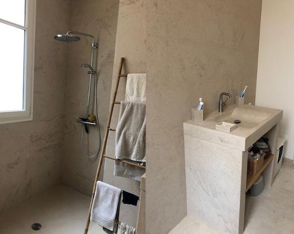 Revêtement mural, receveur et vasque Goult en pierre de Bourgogne Charmot Clair Adouci