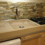 Custom-made Menerbes sink and kitchen worktop with embedded cooking platein Burgundy limestone - Charmot