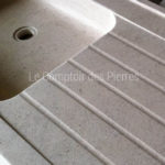 Grooves details on Bastide sink in Burgundy limestone : Charmot light Honed finish