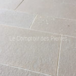 Paving in Burgundy limestone <br/> Comblanchien légèrement moucheté <br/>Flamed finish