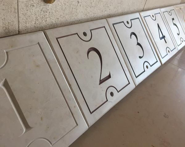 Numéro de maison en pierre