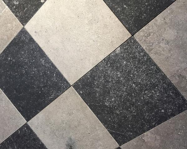 Carrelage damier noir et gris en pierre